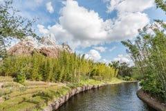 奥兰多,佛罗里达- DEC, 2017年-有人工湖的森林和雪山在一蓝天天 库存照片