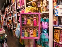 奥兰多,美国- 2018年5月10日:迪斯尼商店室内商城奥兰多优质出口的五颜六色的公主在 免版税库存图片