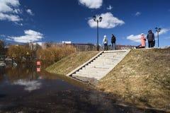 奥勒尔号,俄罗斯, 2018年4月07日:洪水在镇里 人走的alon 图库摄影