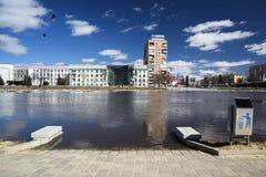 奥勒尔号,俄罗斯, 2018年4月07日:洪水在镇里 在上流的堤防 库存照片