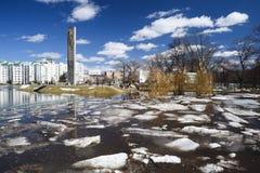 奥勒尔号,俄罗斯, 2018年4月07日:洪水在镇里 在高w的冰漂泊 免版税库存照片