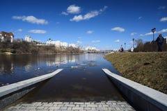 奥勒尔号,俄罗斯, 2018年4月07日:洪水在镇里 堤防下面喂 免版税库存图片