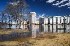 奥勒尔号,俄罗斯, 2018年4月07日:洪水在镇里 大厦反映  免版税库存照片