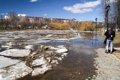 奥勒尔号,俄罗斯, 2018年4月07日:洪水在镇里 年轻夫妇huggin 库存图片