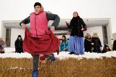 奥勒尔号,俄罗斯, 2018年2月18日:Maslenitsa狂欢节 妇女runn 免版税图库摄影