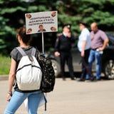 奥勒尔号,俄罗斯, 2017年6月12日:俄罗斯抗议 苗条女孩与 免版税库存照片