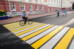 奥勒尔号,俄罗斯, 2017年8月05日:城市天 有胡子的人骑马bicy 库存图片