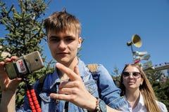 奥勒尔号,俄罗斯- 2018年5月01日:劳动节集会 年轻人走的wi 免版税库存照片