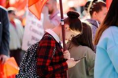 奥勒尔号,俄罗斯- 2018年5月01日:劳动节集会 有红色的女孩 免版税库存照片