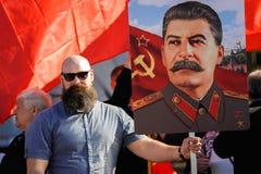 奥勒尔号,俄罗斯- 2018年5月01日:劳动节集会 肌肉有胡子的人 库存照片