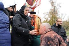 奥勒尔号,俄罗斯- 2016年10月14日:亲吻伊冯的大胆的人Terri 库存照片