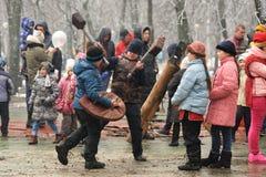 奥勒尔号,俄罗斯- 2016年3月13日:Maslenitsa,薄煎饼节日 男孩 库存图片