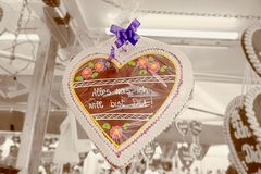 奥地利姜饼作为一件礼物为与题字所有的假日我要的纪念品是您! 库存照片