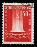 奥地利打印的邮票,展示发火焰和打破的链子 免版税库存图片