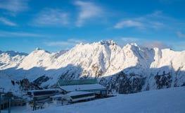 奥地利滑雪胜地Ischgl的全景与滑雪者的 免版税库存图片