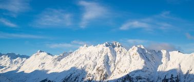 奥地利滑雪胜地Ischgl的全景与滑雪者的 图库摄影