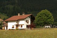 奥地利瑞士山中的牧人小屋房子山 图库摄影