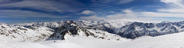 奥地利瑟尔登滑雪胜地的阿尔卑斯冬天早晨山全景 免版税库存照片