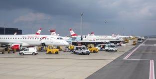奥地利航空为起飞做准备在维也纳机场 免版税库存图片