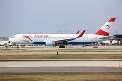 奥地利航空波音747在芝加哥 免版税库存图片