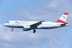 奥地利航空空中客车在蓝天的A320-200 OE-LBS 免版税库存照片