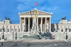 奥地利议会大厦和Pallas雅典娜喷泉在维也纳 免版税库存图片