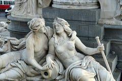 奥地利议会的喷泉在维也纳 库存图片