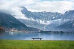 奥地利阿尔卑斯和一条长凳在湖边 免版税库存图片