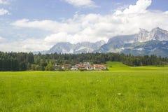 奥地利阿尔卑斯和Oberndorf,提洛尔的美丽的景色 图库摄影