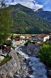 奥地利阿尔卑斯山小河在城市Pfunds 免版税库存照片