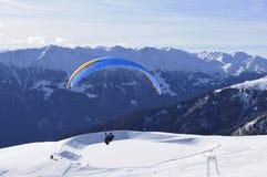 奥地利阿尔卑斯:从Skiregion Zettersfeld的滑翔伞在上 免版税库存照片
