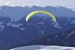 奥地利阿尔卑斯:从Skiregion Zettersfeld的滑翔伞 库存图片