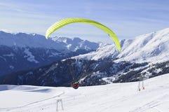 奥地利阿尔卑斯:从Skiregion Zettersfeld的滑翔伞 免版税库存图片