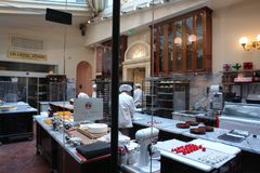 奥地利,维也纳- 2011年5月:咖啡馆德梅尔,在市中心,做的Vensikh甜点车间 库存图片