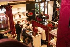 奥地利,维也纳2014年2月18日:对萨赫酒店咖啡馆的入口 卖在咖啡馆的点心 免版税库存照片