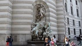 奥地利,维也纳- 2014年8月31日:海上的雕刻的喷泉力量H的圣迈克尔` s翼的门面的吕多尔夫韦尔 库存照片