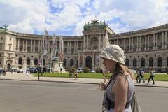 奥地利,维也纳, 7月23日-历史的宫殿和女性导游在一个帽子有伞的, 2014年7月23的看法日 图库摄影