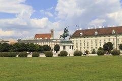 奥地利,维也纳, 7月23日-开胃菜, Heldenplatz,维也纳,历史的宫殿的奥地利的尤金王子骑马雕象-视图 库存照片