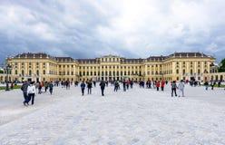 奥地利,维也纳- 2016年5月14日:schonbrunn宫殿和庭院照片视图  库存照片