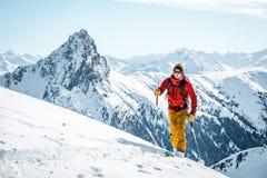 奥地利,2018年12月26日 游览高高山风景的滑雪人与多雪的树 库存图片