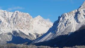 奥地利, Tyrolean阿尔卑斯 向蕨通行证的路 在雪秋天之后的美妙的风景 股票录像