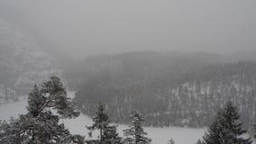 奥地利, Tyrolean阿尔卑斯 向蕨通行证的路 在雪秋天期间的风景 影视素材