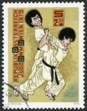 奥地利- 1975年:展示柔道摔,第10个世界柔道冠军维也纳 免版税库存图片