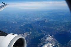 奥地利-2016年10月:阿尔卑斯如被看见从一架飞机、翼视图与平面涡轮或引擎 库存照片