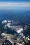 奥地利-2016年10月:阿尔卑斯如被看见从飞机,山平面看法  免版税库存图片