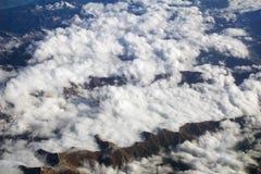 奥地利-2016年10月:阿尔卑斯如被看见从飞机,山平面看法  免版税库存照片