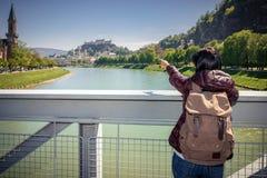 奥地利 萨尔茨堡 一座桥梁的女孩游人在河 免版税库存照片