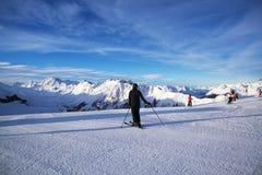 奥地利滑雪胜地Ischgl的全景与滑雪者的 免版税库存照片