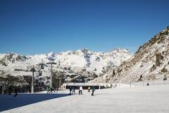 奥地利滑雪胜地Ischgl的全景与滑雪者的 库存照片