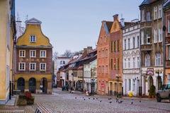 奥尔什丁,波兰2017年 11 30 老镇的大广场, ghotic城镇厅在奥尔什丁老市 老中心城市街道 库存图片